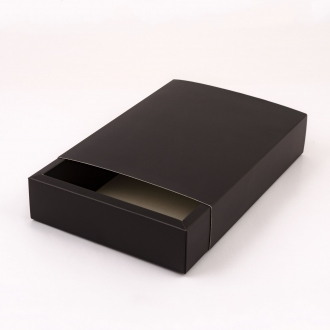 Черная подарочная коробочка из картона с шубером